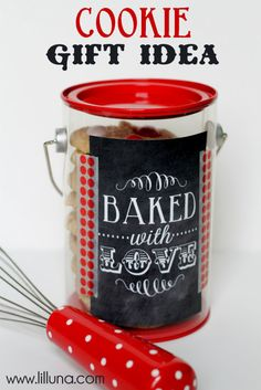 Easy Cookie Gift Idea. This is so cute and made for under 5 dollars. A perfect neighbor and friend gift for Christmas! { lilluna.com }