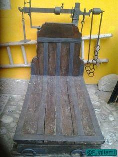 Antica bilancia nel cortile di Palazzo D'Auria