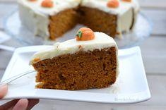 Deze pompoencake met roomkaas creme heeft wat weg van een carrotcake. Hij is heerlijk kruidig en ideaal om te serveren tijdens Halloween!