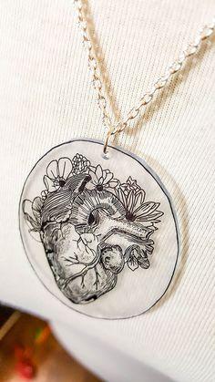 [Projet DIY #17] Un collier en plastique fou façon Frida Kahlo   Sophie Blossom Shrink Plastic, Brick Stitch, Painting & Drawing, Creations, Popup, Bracelets, Silver, Presents, Illustrations