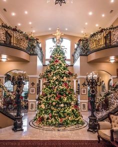 Christmas Apartment Decor Ideas that takes the Definition of Elegance to a Whole New level - Hike n Dip Luxury Christmas Decor, Christmas Interiors, Cozy Christmas, Christmas Tree Decorations, Christmas Lights, Xmas, Holiday Decor, Christmas Staircase, Christmas Entryway