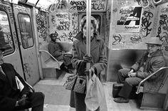 """Metro Nova Iorque, 1980s A """"era pioneira"""" do graffiti teve lugar durante os anos de 1969 até 1974. Os Grafitters durante este período de tempo procuraram colocar o maior número de marcas possíveis ao redor da cidade"""