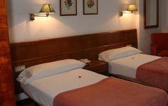 Disponemos de habitaciones dobles, individuales o triples (cama supletoria) con baño en la habitación @HostaGranVía #Vigo