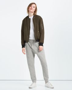 Zara launched a new set of unisex options called Zara Ungendered. Jogging, Trousers Women, Pants For Women, Girls Joggers, Zara Official Website, Unisex Clothes, Zara New, Teen Vogue, Zara United States