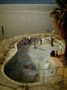 Very cool skateboard park on he edge of the ocean! I like the way the shape indicates a former swimming pool but the graffiti indicates it's use as a park! Skate And Destroy, Skate Style, Skate Surf, Longboarding, Skateboards, Abandoned Places, Surfing, Chile, Pools