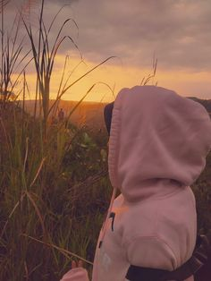 When the sunset is coming. The happiness is up. Aesthetic Photo, Aesthetic Girl, Aesthetic Pictures, Hijabi Girl, Girl Hijab, Tumblr Photography, Photography Poses, Girl Pictures, Girl Photos