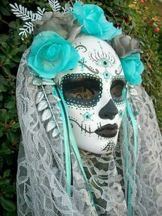What is your idea for Halloween this year? We will show you 70 Halloween masks to give a tip for the latest trends and Halloween costume ideas. Sugar Skull Makeup, Sugar Skull Art, Sugar Skulls, Candy Skulls, Maquillage Halloween, Halloween Makeup, Scary Halloween, Spooky Scary, Halloween 2014