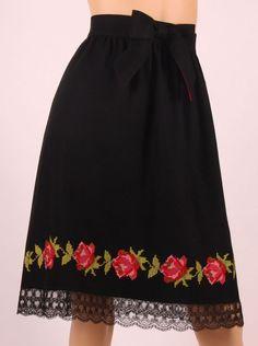 * Fusta din lana cu flori colorate este realizata la comanda, iar masurile necesare sunt circumferinta taliei si lungimea fustei. Pret 395 lei. Daca doriti sa comandati, va rugam sa cititi cu atent… Folk Fashion, Girl Fashion, Vintage Fashion, Fashion Outfits, Womens Fashion, Embroidery Fashion, Embroidery Dress, Blouse Dress, Dress Skirt