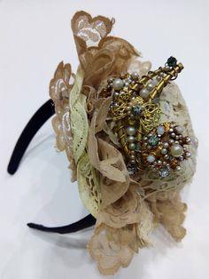 Tocado novia vintage Brooch, Crown, Jewelry, Fashion, Templates, Bridal Headpieces, Bangle Bracelets, Grooms, Moda