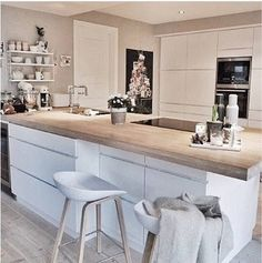 Do you want to get some small kitchen island ideas for your modestly sized kitchen? There are many ideas of kitchen island for your small kitchen that will inspire you in applying the style to your very own kitchen. Kitchen Dinning, Kitchen Chairs, New Kitchen, Kitchen Decor, Island Kitchen, Kitchen Sink, Island Stools, Kitchen Wood, Kitchen Small