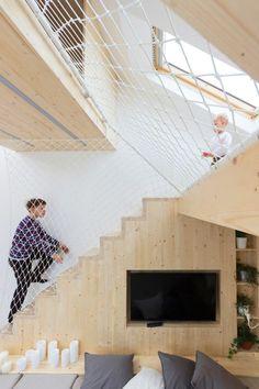 aire de jeux en bois clair dans la chambre adulte avec grande hauteur sous plafond
