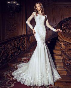 Романтическое и утонченное свадебное платье силуэта «русалка», в котором главная роль отведена кружеву и расшитому тюлю. Вышитые нитями цветы на длинных тюлевых рукавах нежно ложатся на кожу, а благодаря прозрачному слою словно сливаются воедино! Невероятно женственное свадебное платье, которое благодаря облегающему крою и форме юбки визуально придает фигуре стройность.  Модель -Missurie в наличии!!! Запись на примерку:  Ул. Сумская 59 ( 050 322 15 51)  Ул. Сумская 24 ( 066 687 77 75)…