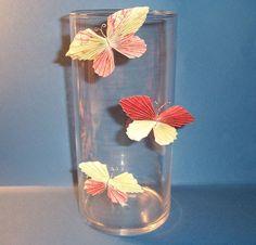 Diese kleinen Schmetterlinge haben auf der Rückseite eine Klebemasse, mit der man sie an glatte Flächen kleben und immer wieder abnehmen kan...
