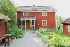 Det sitter i väggarna, Norr Enby. Swedish Cottage, Red Cottage, Red Houses, Little Houses, Sweden House, House In Nature, Orange House, House Siding, Exterior Siding