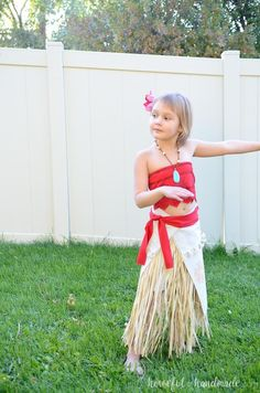 Create the perfect princess Halloween costume with this easy DIY Moana costume. This easy to make Halloween costume is perfect for your island princess. Moana Costume Diy, Moana Halloween Costume, Diy Princess Costume, Easy Halloween Costumes Kids, Purim Costumes, Kids Costumes Girls, Easy Costumes, Costume Ideas, Maleficent Costume