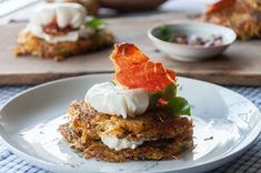Sweet potato rosti with poached eggs by Greek chef Akis Petretzikis. A wonderful, tasty recipe that is great for breakfast or brunch and quick and easy to make! Swiss Recipes, Egg Recipes, Brunch Recipes, Brunch Ideas, Sweet Potato Rosti, Good Food, Yummy Food, Poached Eggs, Vegetable Dishes