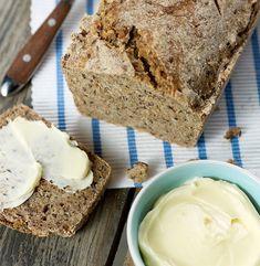 Zapach świeżego pieczywa przyciąga niczym magnes. Najlepsze jest to domowe, przygotowywane bez żadnych niepotrzebnych ulepszaczy. Aby szybko nie sczerstwiało, przechowuj je w czystej bawełnianej ściereczce. Falafel, Chutney, Banana Bread, Food And Drink, Baking, Dinner Ideas, Fitness, Bakken, Supper Ideas
