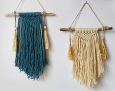 Petits wall hangings <br/>Différents coloris Macrame Wall Hanger, Woven Wall Hanging, Macrame Art, Macrame Projects, Diy And Crafts, Arts And Crafts, Bohemian Art, Love Craft, Macrame Patterns