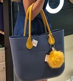 Choosing The Perfect Handbag That's Suitable For All Season - Best Fashion Tips Fashion Mark, Women's Fashion, My Bags, Purses And Bags, Toms Shoes For Men, Everything Designer, Kipling Bags, Celine Bag, Goodie Bags