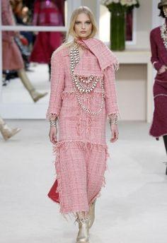 Front row pour tout le monde, au défilé Chanel. Karl Lagerfeld a délaissé le traditionnel décor spectaculaire pour revenir à la simplicité des salons du 31 rue Cambon, du temps...