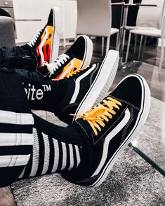 Outfits With Vans – Lady Dress Designs Black Vans Outfit, Outfits With Converse, Vans Old Skool, How To Wear Vans, Bandanas, Custom Shoes, Wearing Black, Swagg, Vans Shoes