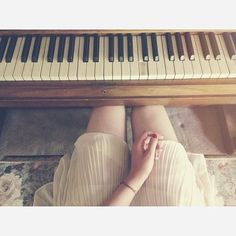 play the piano Music Love, Music Is Life, Pub Radio, Pretty Pictures, Cool Photos, Touches De Piano, Message Vocal, Piano Girl, Old Pianos