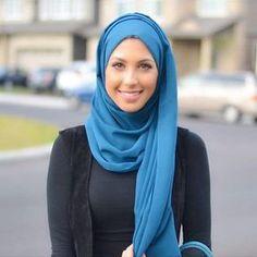 Voici un exemple de visage ovale pour porter le voile selon la silhouette de son visage. Il s'agit de Hanan Tehaili.