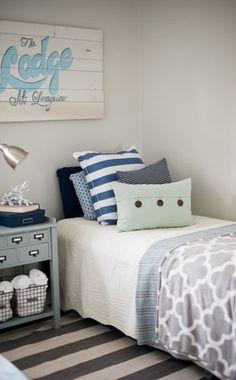 Dormitorio azul , blanco y verde menta