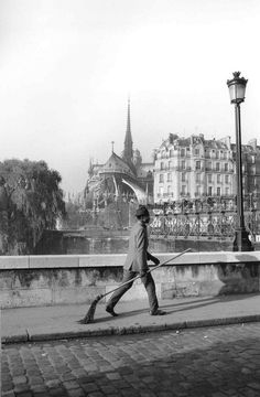 Robert Doisneau was a French photographer. In the he used a Leica on the streets of Paris; together with Henri Cartier-Br. Robert Doisneau, Old Pictures, Old Photos, Vintage Photos, Old Photography, Street Photography, Henri Cartier Bresson, André Kertesz, Pont Paris