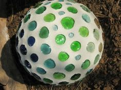 like the minimalist look Mosaic Diy, Mosaic Crafts, Mosaic Projects, Mosaic Glass, Craft Projects, Mosaic Ideas, Bowling Ball Garden, Bowling Ball Art, Backyard For Kids