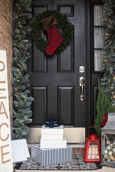 Best Holiday Porch Decorating Ideas + 4 essentials every holiday porch needs