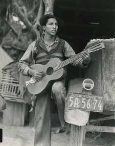 1935 Dorothea Lange, photographer - A young Mexican farm worker plays guitar and sings in a Coachella Valley labor camp. Documentary Photographers, Great Photographers, Chicano, Dorothea Lange Photography, Migrant Worker, Dust Bowl, Pulp, Coachella Valley, Great Depression
