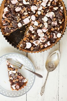 A classic American rocky road pie with chocolate marshmallows, almonds and a crust made of cookies. A quite easy and delicious pie! Dutch Recipes, Baking Recipes, Sweet Recipes, Cake Recipes, Chocolate Hazelnut Cake, Chocolate Cookies, Mnm Cake, Rocky Road Cake, Yogurt Cake