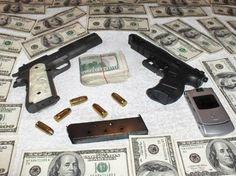 El colombiano Javier Cardona Ramírez, alias ''Jota Cardona'',  ha cambiado la pistola por la pluma con el único fin de disuadir a los jóvenes de entrar en el ''cochino'' mundo de la droga