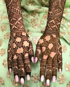 A trend of minimalism has come to take over bridal trends this summer! So if you're a bride looking for latest simple mehndi designs which are simple yet attractive you've hit the jackpot of inspirations. Latest Simple Mehndi Designs, Engagement Mehndi Designs, Latest Bridal Mehndi Designs, Full Hand Mehndi Designs, Legs Mehndi Design, Indian Mehndi Designs, Modern Mehndi Designs, Mehndi Design Photos, Wedding Mehndi Designs
