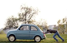 イタリアで「ガソリンの価格上昇を訴える写真を撮るには?」と考えていたカメラマンが遭遇した光景。女性の押す車の中から悠々と犬が窓から顔を出しています。