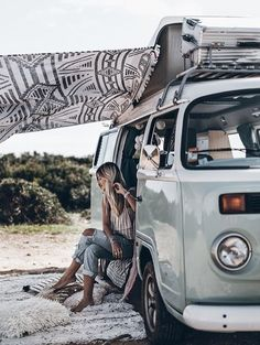 Camping Made Easy - Try These Proven Tips. Many people enjoy camping because it gives them the opportunity to relax and connect with nature. To go camping, a place and some information is all that i Vw Caravan, Bus Camper, Volkswagen Bus, Vw T1, Combi Hippie, Airstream, Combi T2, Vw Camping, Camping Tips