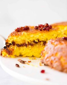 The golden crust on this Persian Saffron Rice looks and taste incredible! Called Tachin, this rice is made with yogurt, saffron, yolks and butter. Rice Cake Recipes, Rice Cakes, Lebanese Recipes, Jewish Recipes, Persian Lamb Shank Recipe, Chicken Doner, Rice Side Dishes, Main Dishes, Saffron Rice