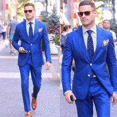 costume hugo boss, costume bleu roi, mouchoir de poche coloré, cravate bleu roi avec des petits pois blancs, chaussures italiennes pointues en couleur caramel