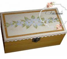 Una bonita caja, sencilla y con estilo rústico... ideal para una casita en el campo. Caja rectangular de estilo provenzal tintada con óleos y flores pintadas a mano alzada con acrílicos. Pasamanería en color crudo.