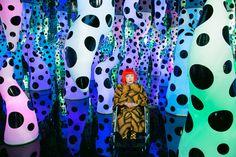 """A artista japonesa Yayoi Kusama é um dos destaques da exposição """"Sous Influences"""" (Sob influência), na Maison Rouge, em Paris. Veja mais em: http://semioticas1.blogspot.com.br/2013/04/aventuras-da-percepcao.html"""