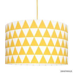 Kolekcja lamp inspirowana trendami skandynawskiego designu. Trójkąty to graficzny motyw, który wkomponowuje się w   otoczenie i je urozmaica. Pokój z taką lampą od razu nabiera wyrazu.    Dane techniczne:  wysokość abażura = 26 cm;  średnica abażura = 40 cm;  zawieszenie = 55 cm;  Żaró...