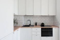 Másfél szobás lakás szolid, egyszerű berendezése, világos, természetes hangulatú dekorációval