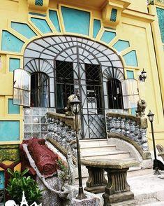 La #habanavieja la #habanacentro... Si callejeas un poco puedes encontrarte con #casas #coloniales curiosas como esta en la #Avenida de los #Presidentes. ;) #LaHabana #Habana #habanacuba #habanawalkers #habanalibre #habanaenclave #habanadeprimera #cuba #cuban #cubalibre #cubana #cubano #cuba #cubans #cubanos #cubatravel