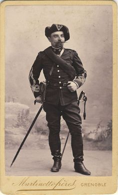 Le lieutenant DELAUCHE du 12e BCA, vers 1890. Il porte le premier uniforme des offciers de chasseurs alpins : dolman à tresses mod. 1883 avec galons en fer de lance. Cette photo est à rapprocher de cette du lieutenant Mauny du 30e BCA, prise à la même époque. Photographie au format carte de visite, de Martinotto Frères à Grenoble.