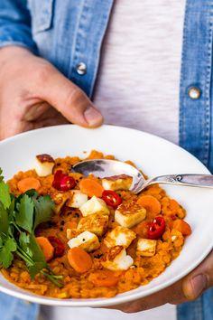 """Ein wahres """"Comfort food"""": Würziges Linsengemüse mit Tomaten, Kokosmilch und krossen Halloumiwürfeln. #indisch #dhaal #linsen #rotelinsen #vegetarisch"""