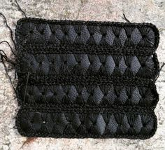 Leather and yarn ◻◼◻#leather #leatherbag #crochetbag #crochetfashion #crochettexture #textilart #handmade #diy #recycledbags #recycledfashion #recycle #black #blackoutfit #allblack #tekstura