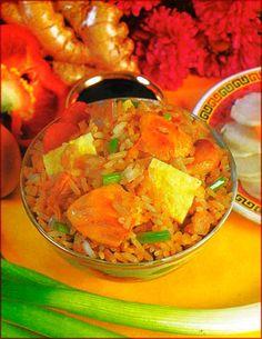 Arroz chaufa de pollo: Ingredientes •1 pechuga de pollo, deshuesada •8 tazas de arroz cocido, sin sal ni aceite •4 salchichas •1/2 pimiento •1 diente de aj