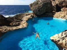 Descubre una piscina natural entre rocas en la zona de Cala Egos ...