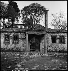 Άγιος Ιωάννης Στούδιος (İmrahor Camii), δυτική είσοδος, Δεκέμβριος του 1936. Ο Artamonoff φωτογράφισε τα ερείπια της βασιλικής του Αγίου Ιωάννη Στουδίου, με το μεγαλειώδες κτιρίου του 5ου αιώνα να προβάλει πίσω από τον μιναρέ και τους τοίχους που εμφανίζονται στην είσοδο.  ©Nicholas V. Artamonoff Collection, Image Collections and Fieldwork Archives, Dumbarton Oaks.